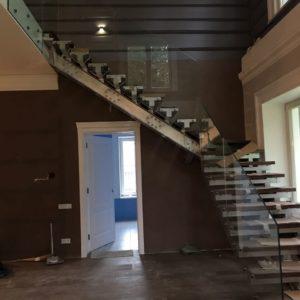 Стеклянное ограждение лестницы Бернгардовка3