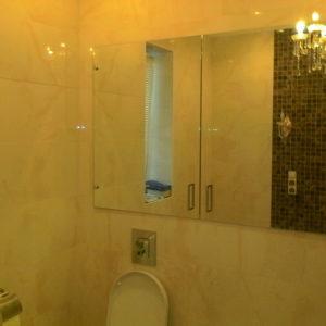 Шкаф с зеркальными дверями и стеклянными полками3