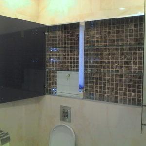 Шкаф с зеркальными дверями и стеклянными полками1