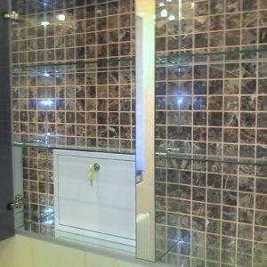 Шкаф с зеркальными дверями и стеклянными полками2